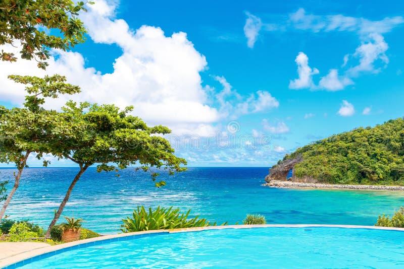 自然夏天视图从无限水池的在tropi的旅馆里 库存图片