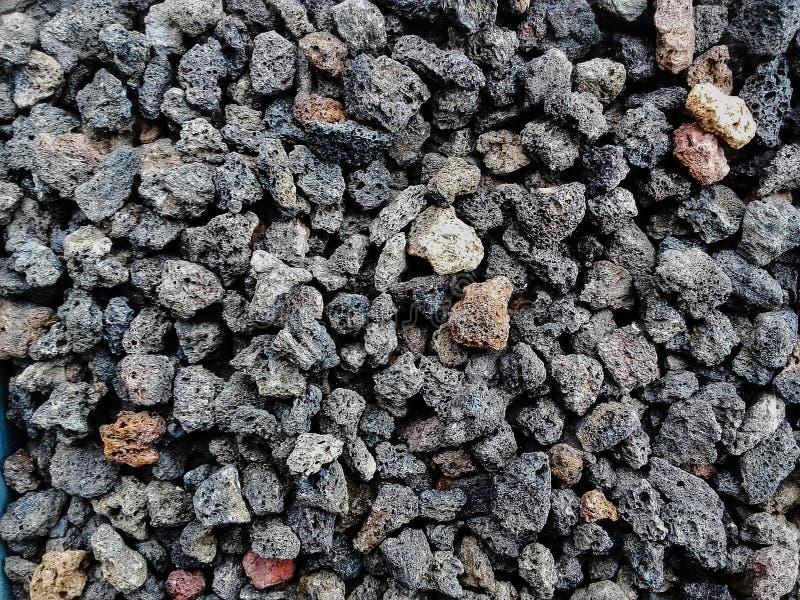自然多孔火山岩石头曾经装饰室外的房子的庭院或部分室内或 免版税图库摄影