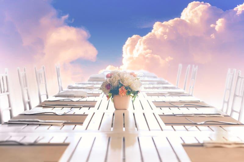 自然天空Cloudscape与天空蔚蓝和白色云彩的在墙纸背景的天空使用与木桌或 免版税图库摄影