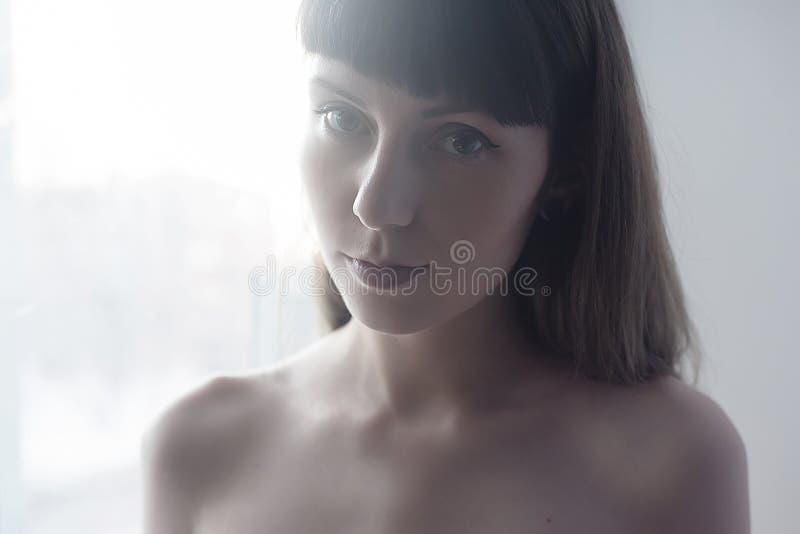 自然女孩的画象,明亮的白色背景 免版税库存照片
