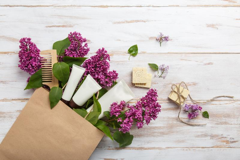 自然妇女化妆用品购物与春天淡紫色绽放的 免版税库存图片