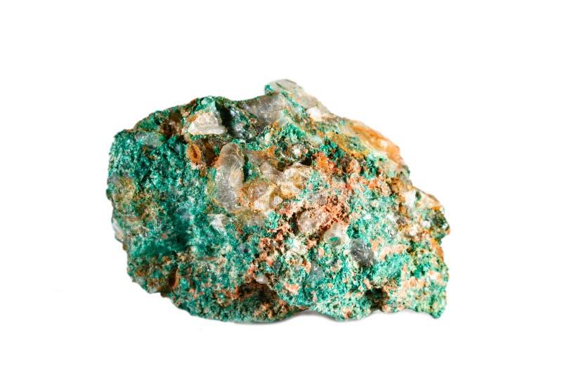 自然宝石宏观射击  未加工的矿物绿沸铜 摩洛哥 在一个空白背景的查出的对象 库存照片