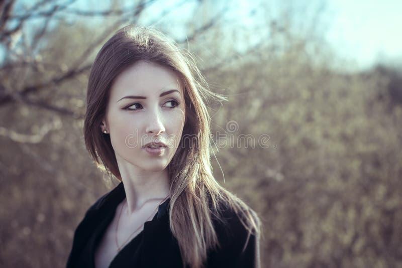 自然室外风的可爱的女孩在头发 库存照片