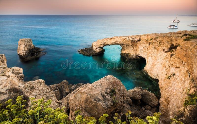 自然岩石曲拱在塞浦路斯海岛上的Ayia Napa 库存图片