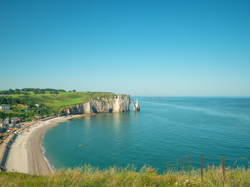自然峭壁Etretat和美好的著名海岸线,法国Aval美丽如画的风景  库存照片