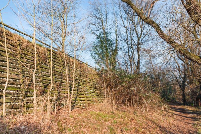 自然工程学-土壤生物工艺学 一个倾斜的保护的例子与自然材料、木头和石头的 库存图片