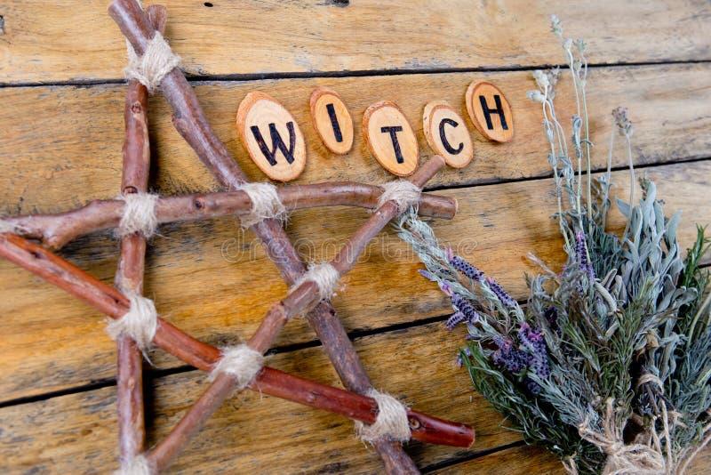 自然巫婆-土气分支五角星形和干草本与 图库摄影