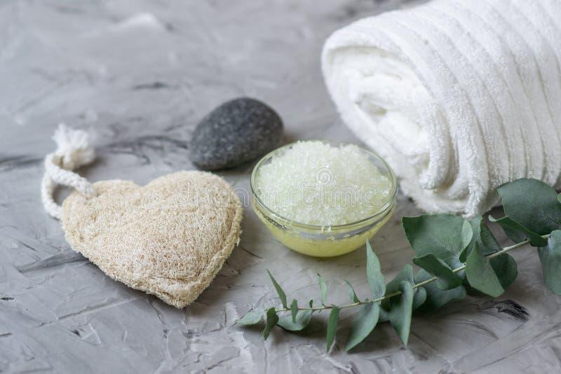 自然成份自创身体海盐洗刷与橄榄油白色毛巾秀丽概念Skincare 免版税库存图片
