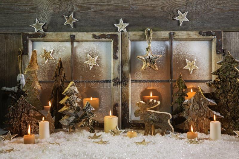 自然手工制造圣诞节装饰木室外在胜利 免版税库存图片