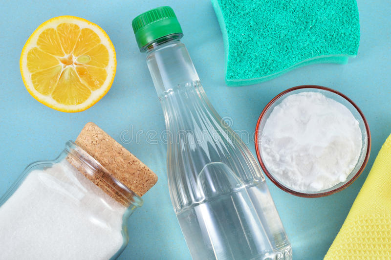 自然擦净剂。醋、发面苏打、盐和柠檬。 库存照片