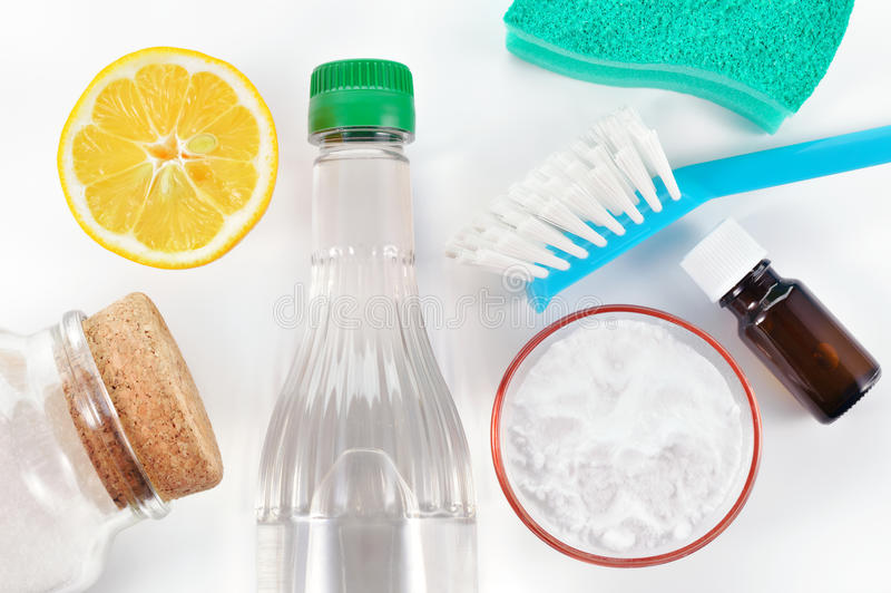 自然擦净剂。醋,发面苏打,盐,柠檬 图库摄影