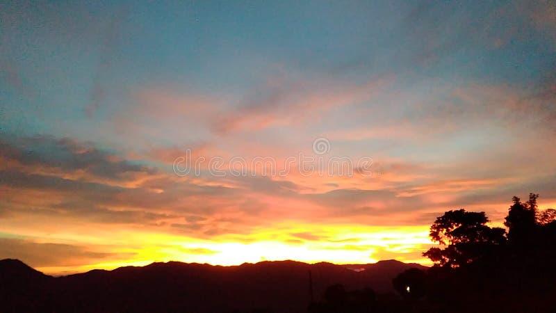 自然日落五颜六色的日落、露天风景、云彩和天空 免版税库存照片