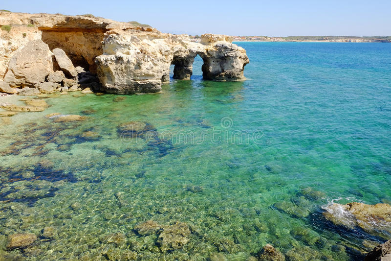 自然曲拱在S'Anea Scoada圣韦罗米利斯,奥里斯塔,撒丁岛,意大利 免版税库存图片