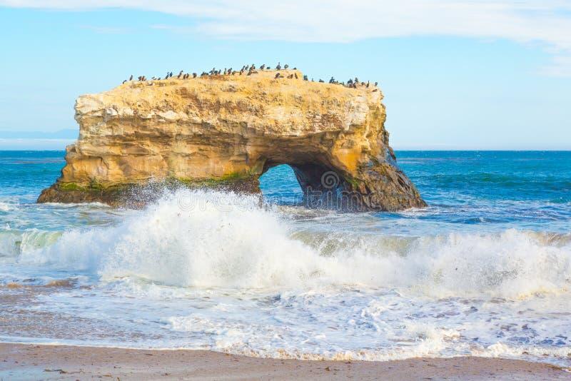 自然曲拱岩石在圣克鲁斯,加利福尼亚 库存图片