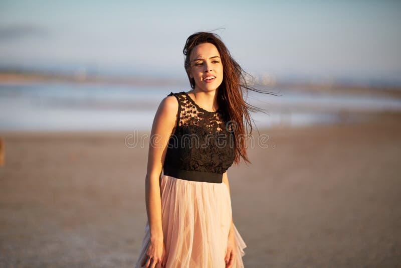 自然本底的俏丽的女孩 礼服的时髦妇女 迷人的生活方式概念 复制空间 免版税库存图片