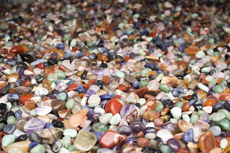 自然本底-堆半珍贵的首饰石头特写镜头 技巧的最好 免版税库存照片