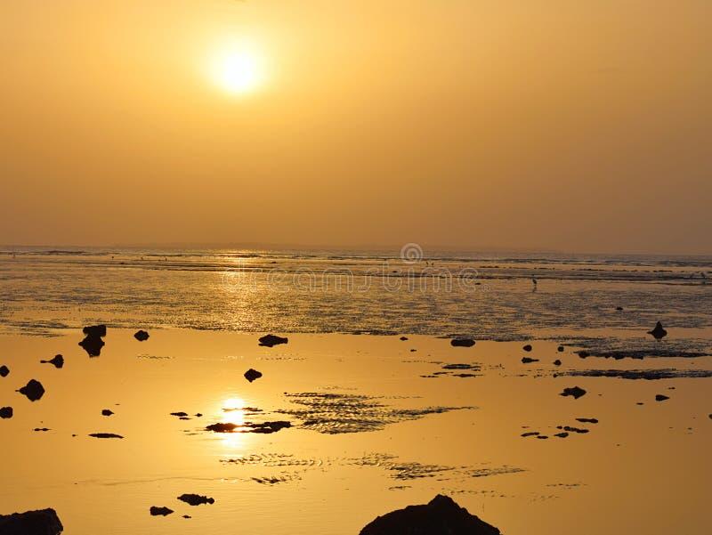 自然本底-明亮的光亮的太阳、金黄阳光和反射在水中 图库摄影