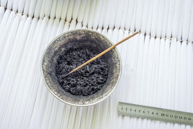 自然染料和颜料丝绸着色的 免版税库存照片