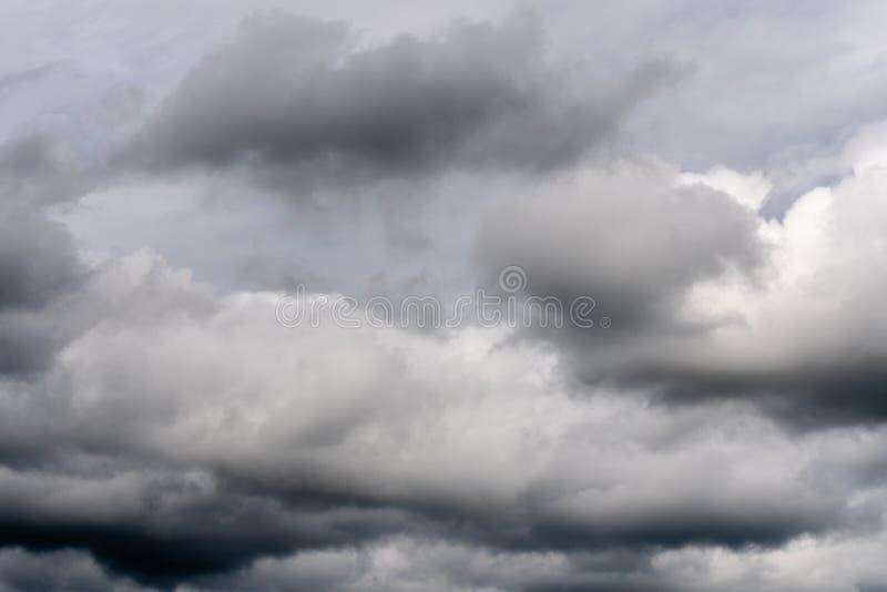 自然气象学背景-惊人的云彩scape,漂浮横跨天空的剧烈的云彩美丽的景色  库存图片