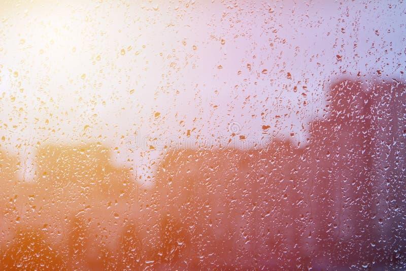 自然水投下在玻璃的背景 被弄脏的城市背景 库存照片
