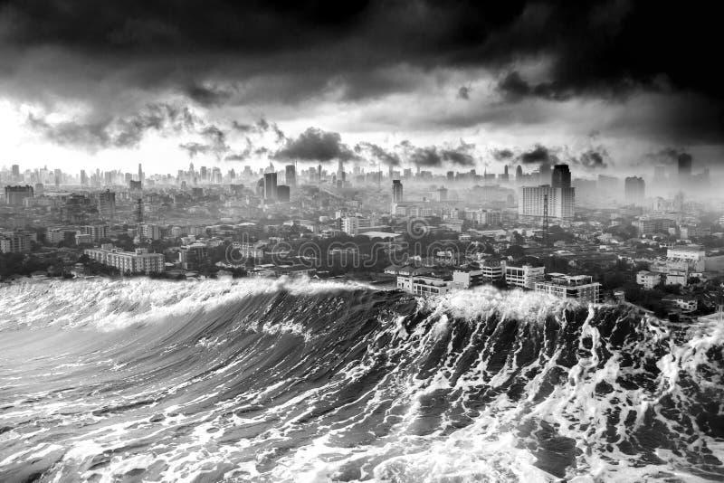 自然海啸波浪毁坏的灾害城市 免版税库存图片