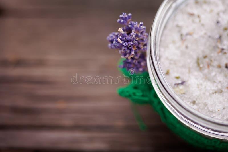 自然淡紫色和椰子身体洗刷 图库摄影