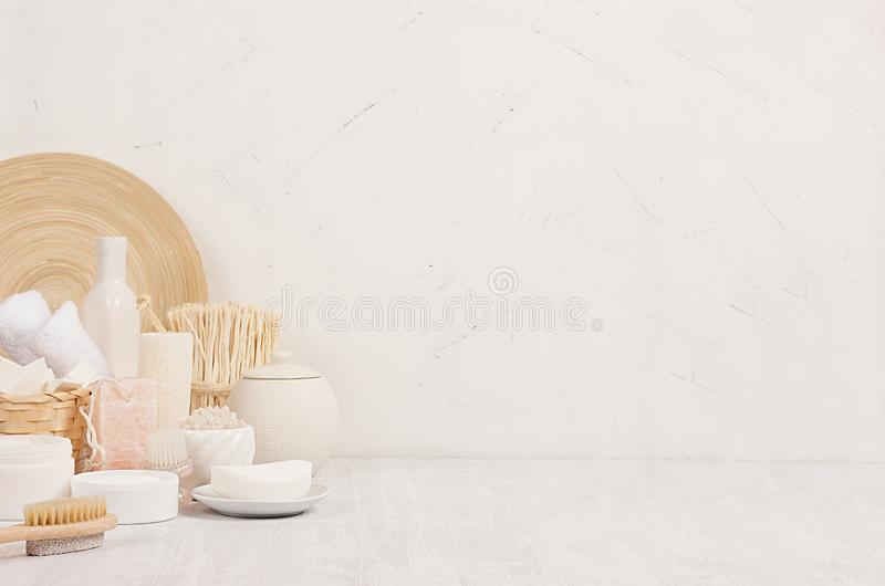 自然温泉白色化妆用品产品和米黄竹土气装饰在白色木背景,内部,边界 库存照片