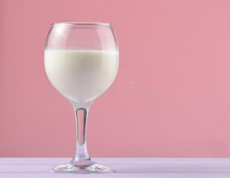自然牛奶,乡情, mi酒杯在淡色背景的 免版税库存图片