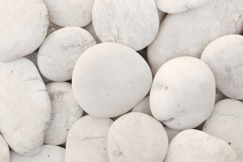 自然白色小卵石的装饰石石渣关闭,纹理背景的和设计 免版税库存图片