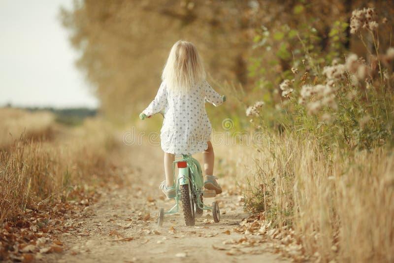 自然的快乐的小女孩 免版税库存图片