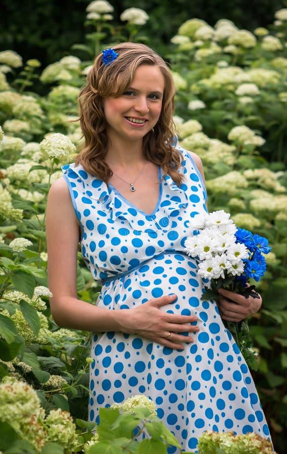 自然的愉快的怀孕的女孩 免版税库存照片