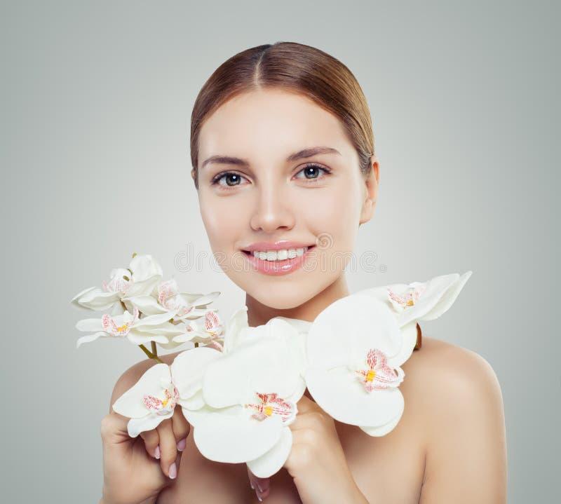 自然的秀丽 有健康皮肤的可爱的妇女 免版税图库摄影