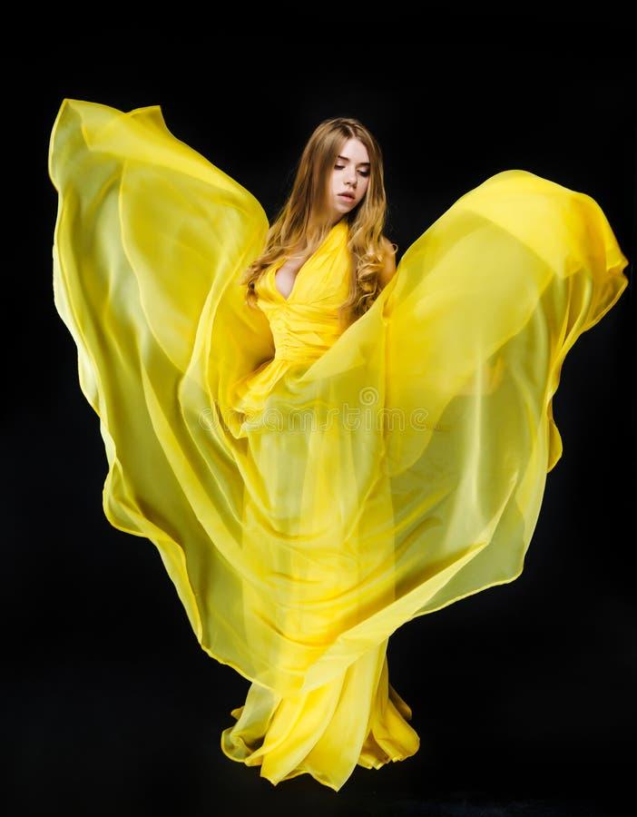 自然的秀丽 一个美丽的少妇的画象一件黄色礼服的有一根发光的白肤金发的平直的长的头发的,蓝眼睛 免版税图库摄影