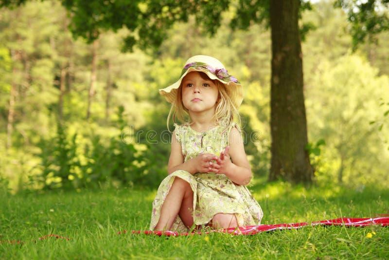 自然的美丽的小女孩. 惊奇, 乐趣.图片