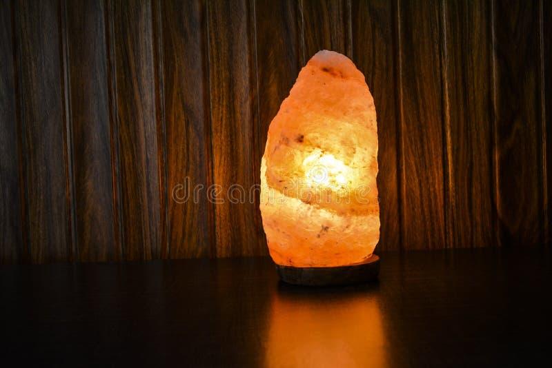 自然盐灯 喜马拉雅盐 免版税库存图片