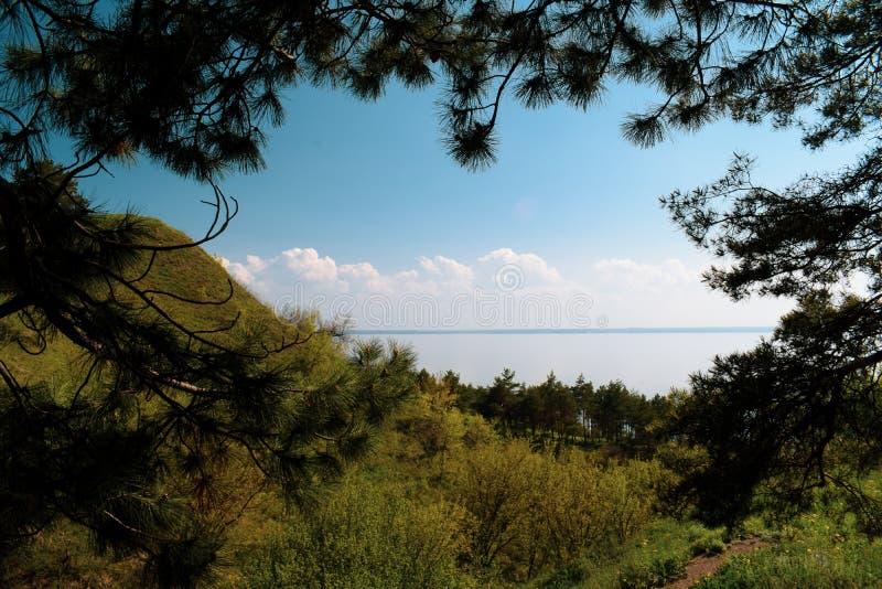 自然看法  山、河和天空蔚蓝 山Pivikha在乌克兰 免版税库存图片