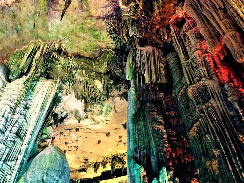 自然石山一的两种类型看起来象冰山,并且一个看起来象骨头剑山 免版税库存照片