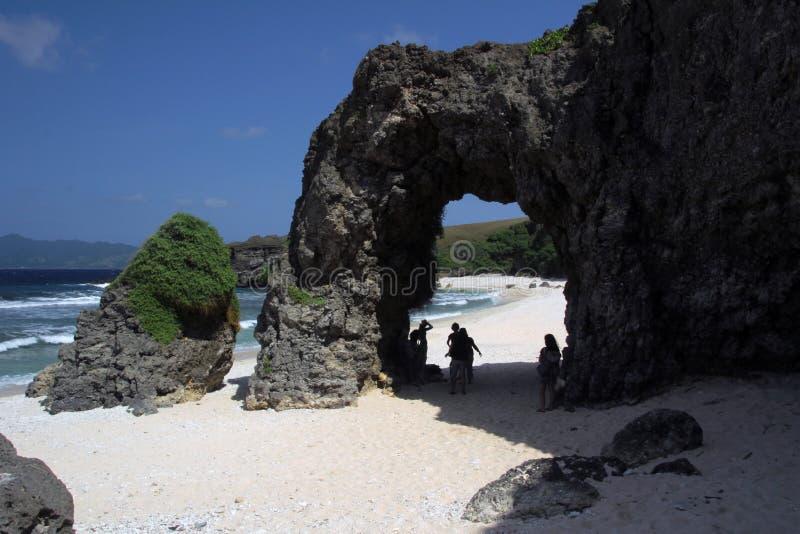 自然石曲拱由风和水雕刻了 免版税库存照片