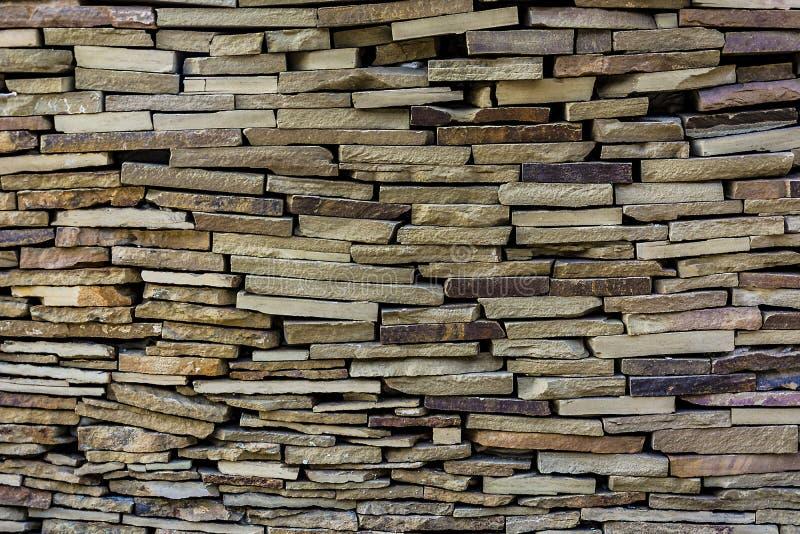 自然石石板,放置在参差不齐的行 库存图片