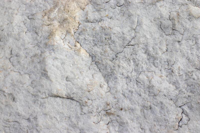 自然石花岗岩纹理与小镇压的 自然石灰色背景与黄斑的 构造与 库存照片