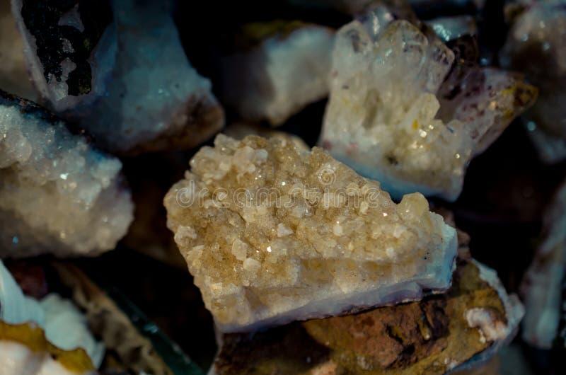 自然矿物宝石片断  免版税库存图片