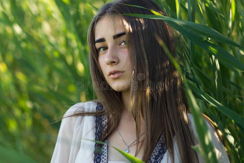 自然秀丽少妇wilth银链子和垂饰在她 库存图片
