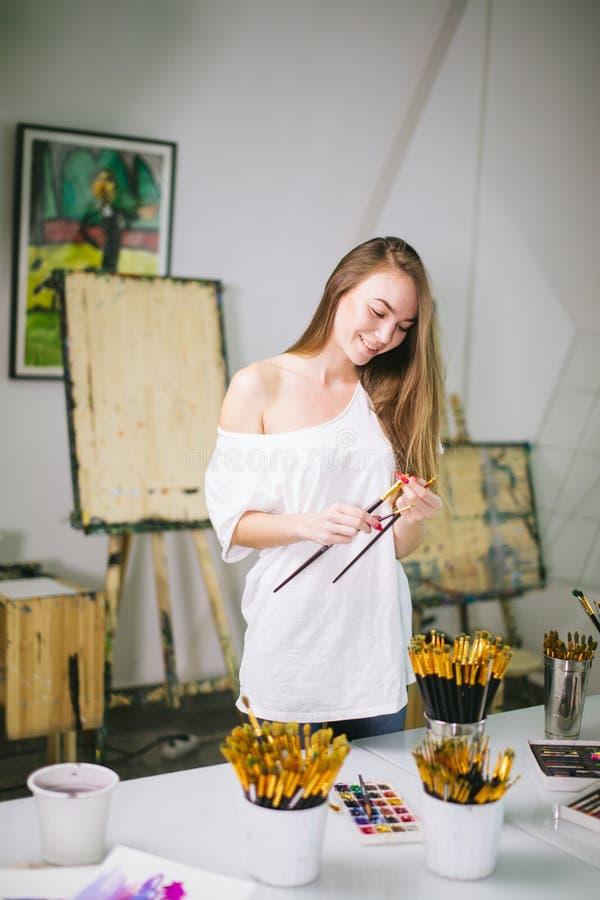 自然秀丽老师画家在她的准备对艺术课的演播室 库存图片