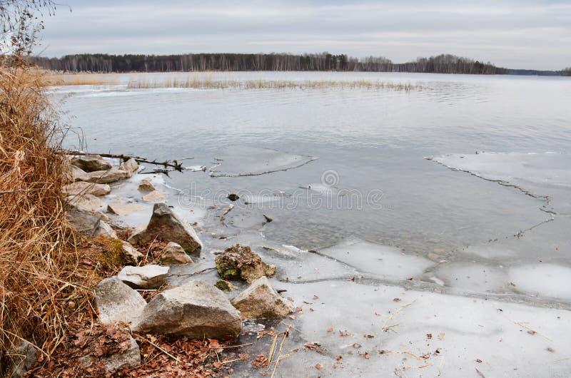 自然纪念碑-湖Uvildy在俄罗斯11月在一阴天,南乌拉尔,车里雅宾斯克地区, 库存图片