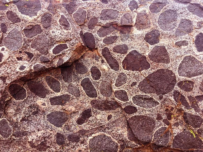 自然纹理背景-离开与斑点的石头 免版税库存图片