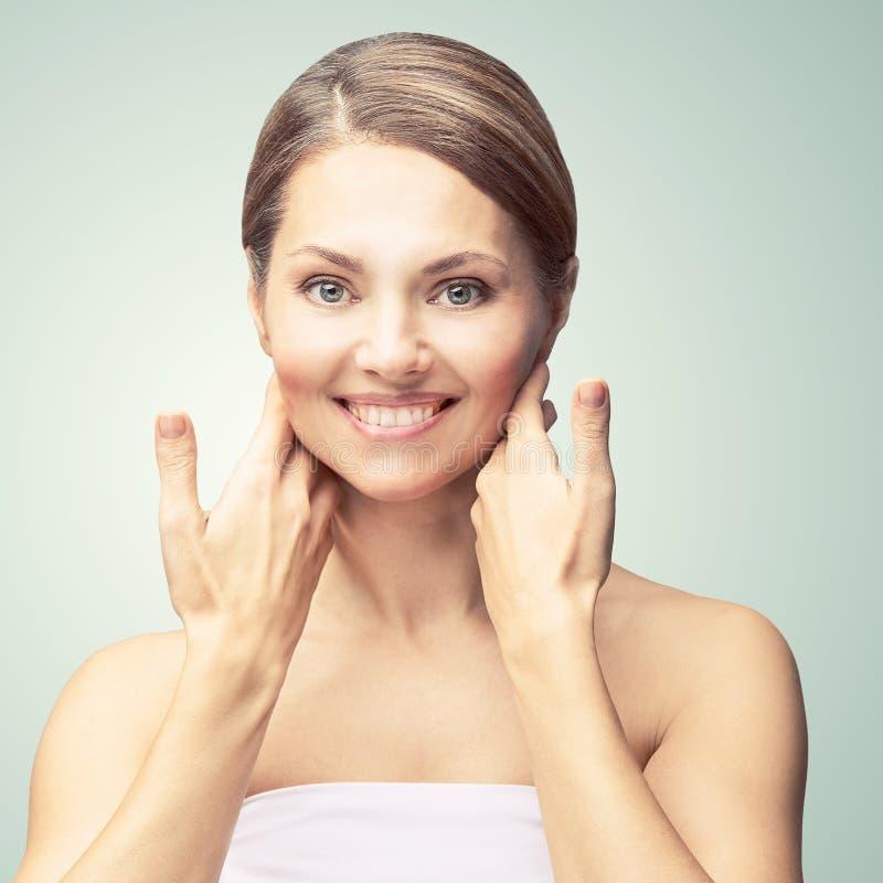 自然美人画象用手 整容术成熟妇女面孔 化妆奶油 t 典雅的女孩 库存图片