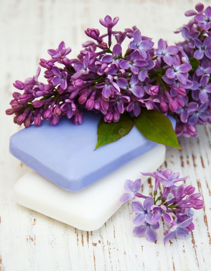 自然肥皂和丁香花 图库摄影
