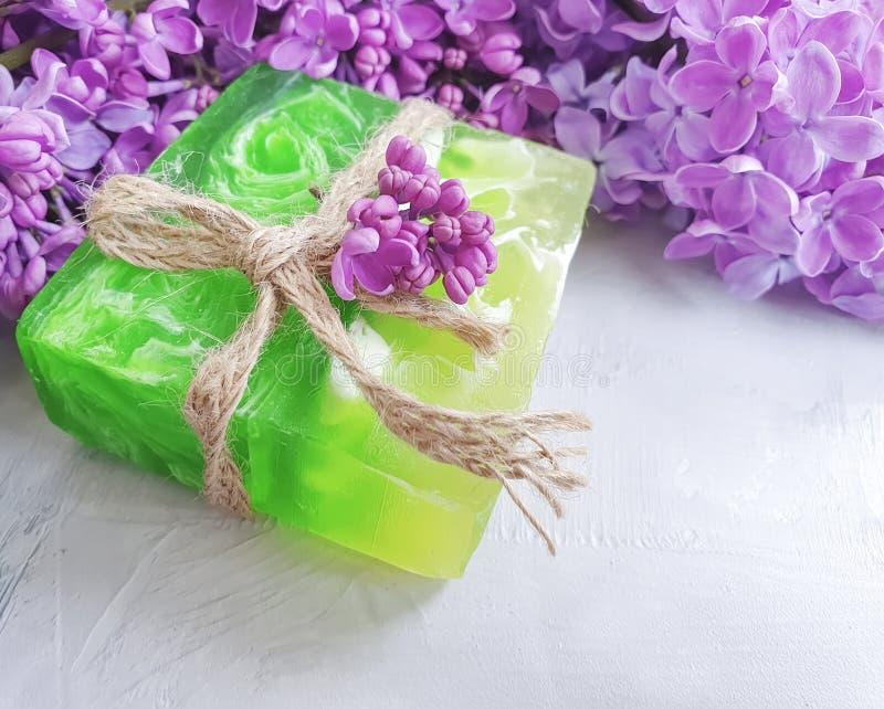自然肥皂成份秀丽生气勃勃有机花化妆淡紫色灰色具体背景 免版税库存图片