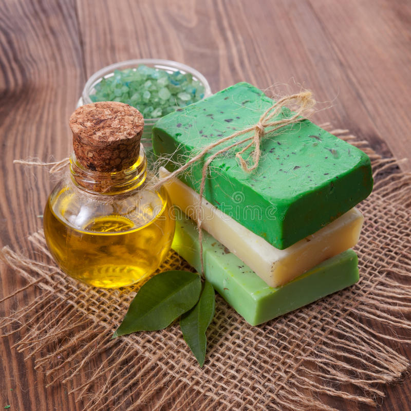 自然肥皂片断有油和草本的 免版税库存图片