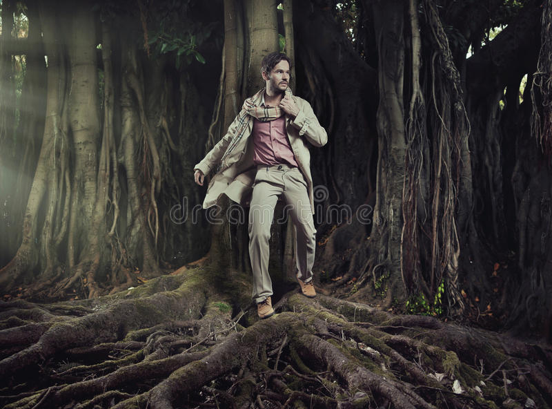 自然背景的典雅的人 免版税库存照片